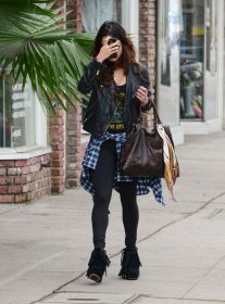vanessa-hudgens-real-los-angeles-street-style-winter-2014_4