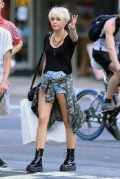 Miley-Cyrus-worked-her-edgy-new-haircut-she-hit-streets-New